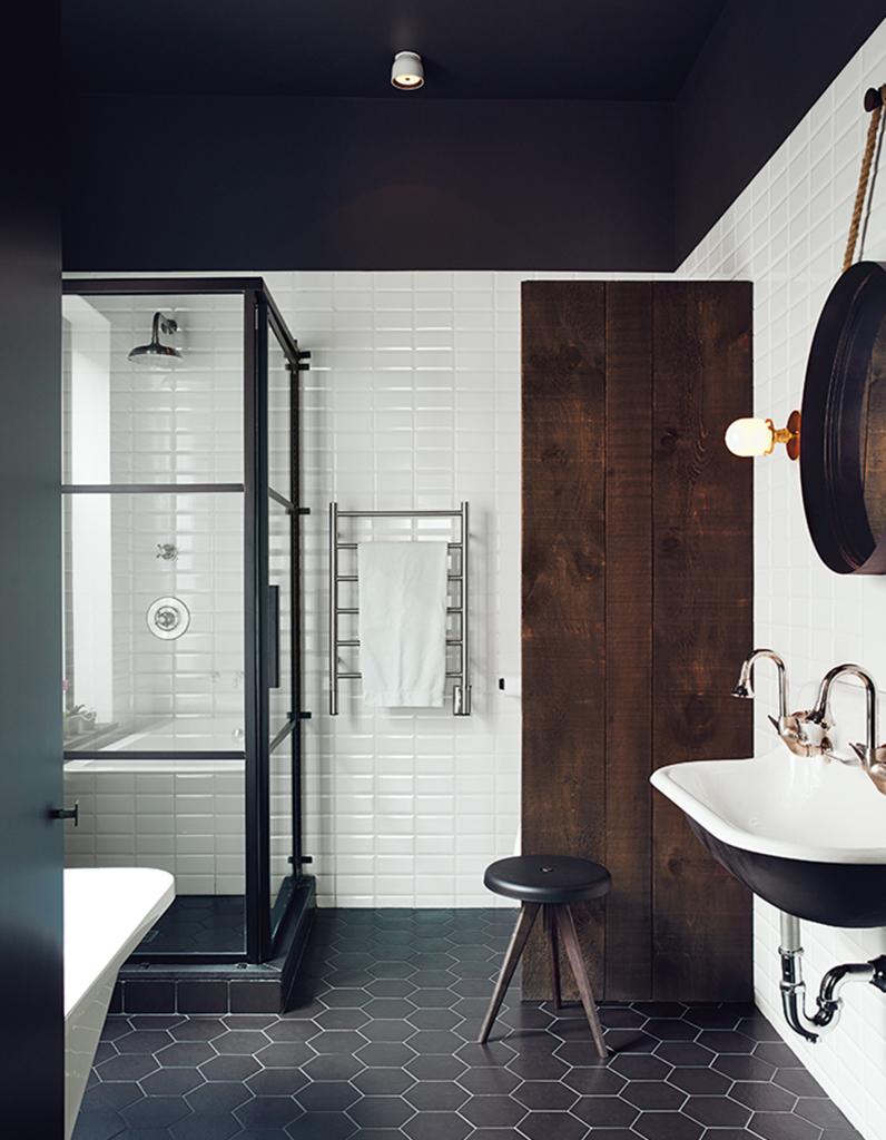 Salle De Bain Saumon un plafond noir pour une salle de bains théâtralisée - un