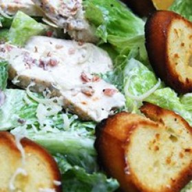 Salade c sar au poulet grill cro tons ail et citron pour - Recette salade cesar au poulet grille ...