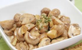 salade de champignons de paris la cr me pour 6 personnes recettes elle table elle table. Black Bedroom Furniture Sets. Home Design Ideas