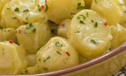 salade de pommes de terre et oignons nouveaux pour 4 personnes recettes elle table elle. Black Bedroom Furniture Sets. Home Design Ideas