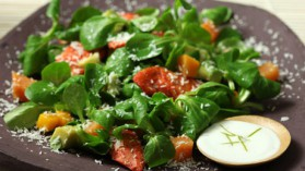 Salade de poulet piquant, vinaigrette coco, avocat, mangue et patate douce