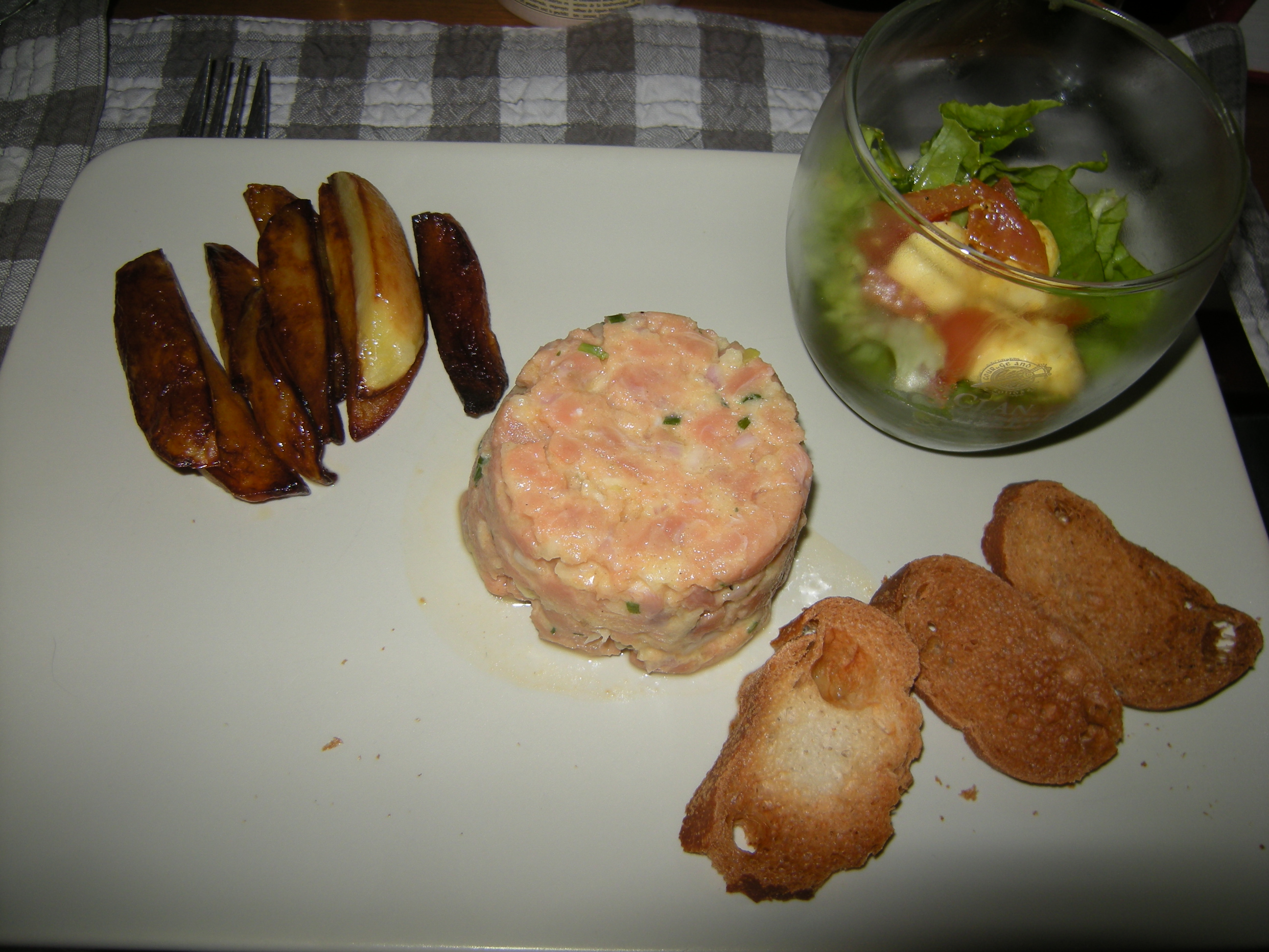 tartare de saumon salade et pommes de terre pour 2 personnes recettes elle table. Black Bedroom Furniture Sets. Home Design Ideas