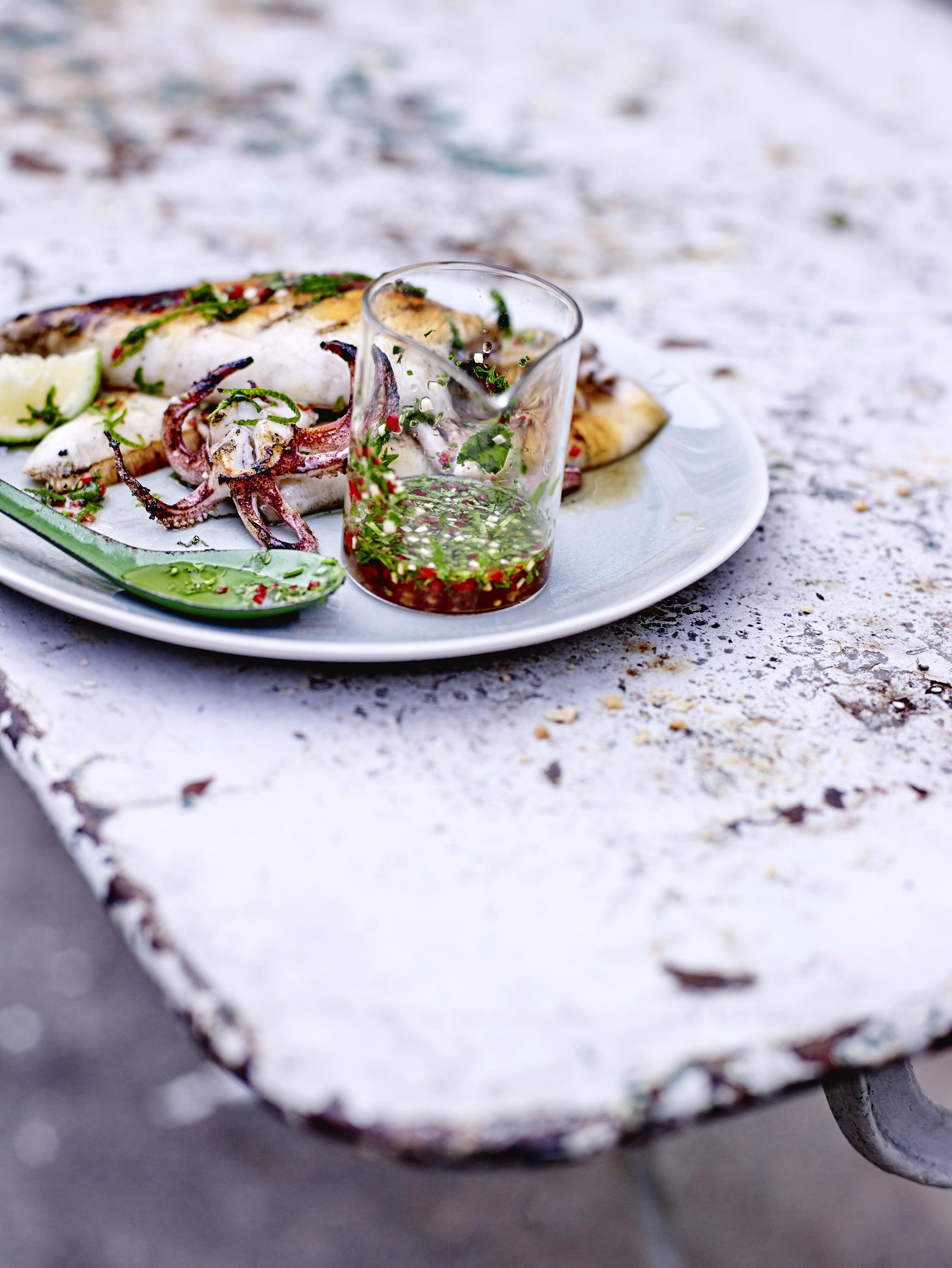 Calamars grill s sauce tha e pour 4 personnes recettes elle table - Recette calamar grille barbecue ...