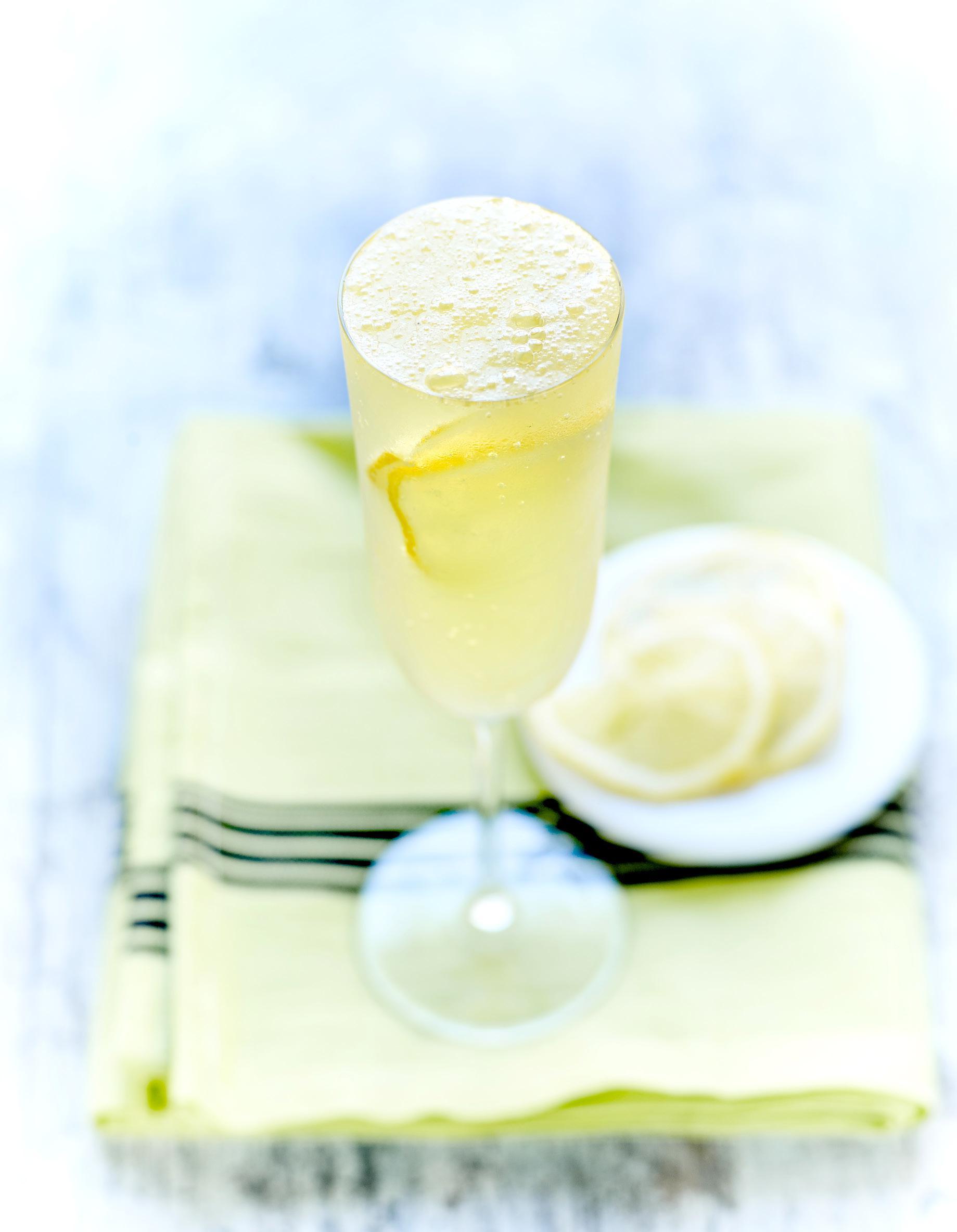 Cocktail limonade au champagne pour 2 personnes recettes elle table - Cuisine au champagne ...
