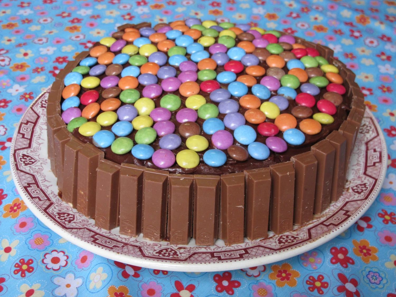 G teau au chocolat kit kat et smarties pour 8 personnes - Comment cuisiner un gateau au chocolat ...