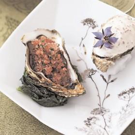 Huîtres de chez Gillardeau, granité d'échalote au vinaigre, d'autres en chantilly