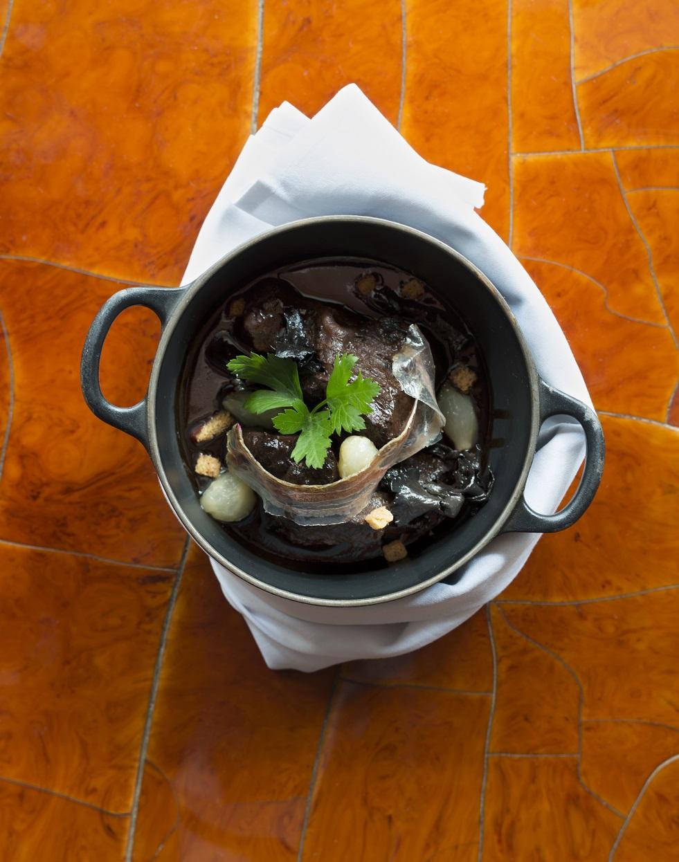 joues de boeuf brais es en cocotte et champignons pour 6 personnes recettes elle table. Black Bedroom Furniture Sets. Home Design Ideas