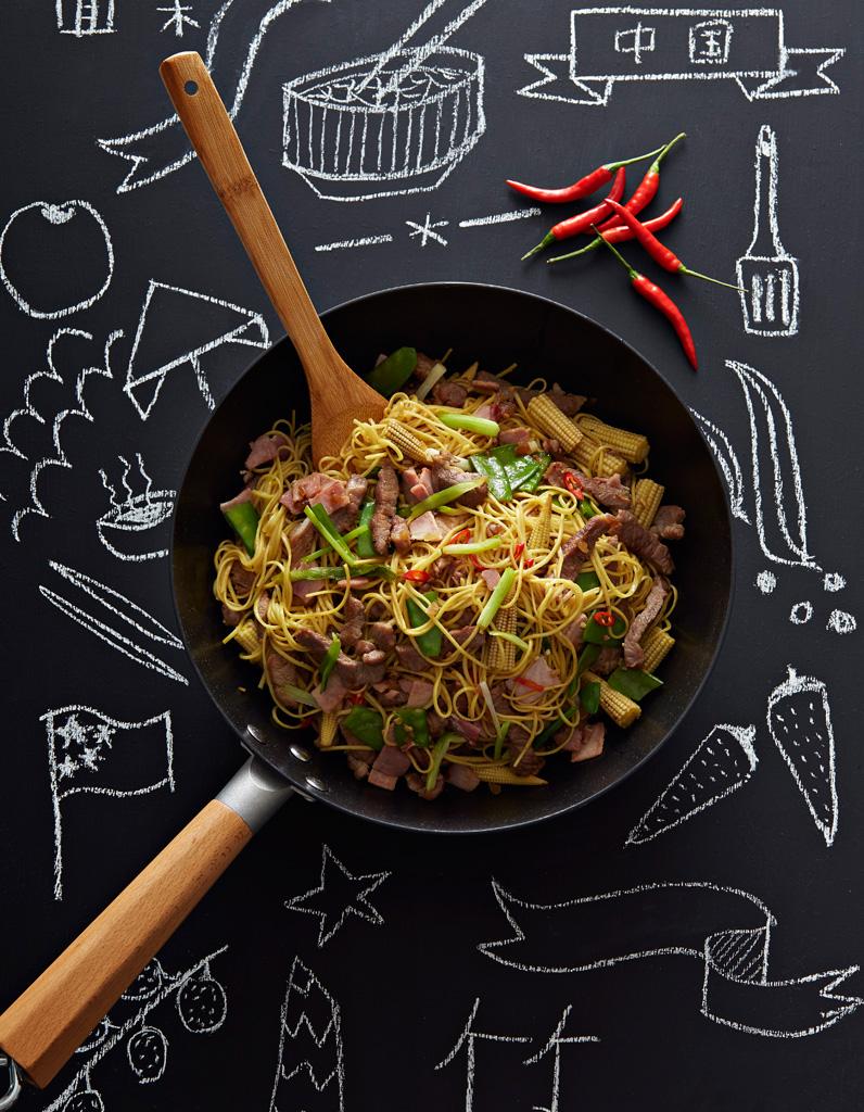 nouilles chinoises saut es au porc et gingembre pour 6 personnes recettes elle table. Black Bedroom Furniture Sets. Home Design Ideas