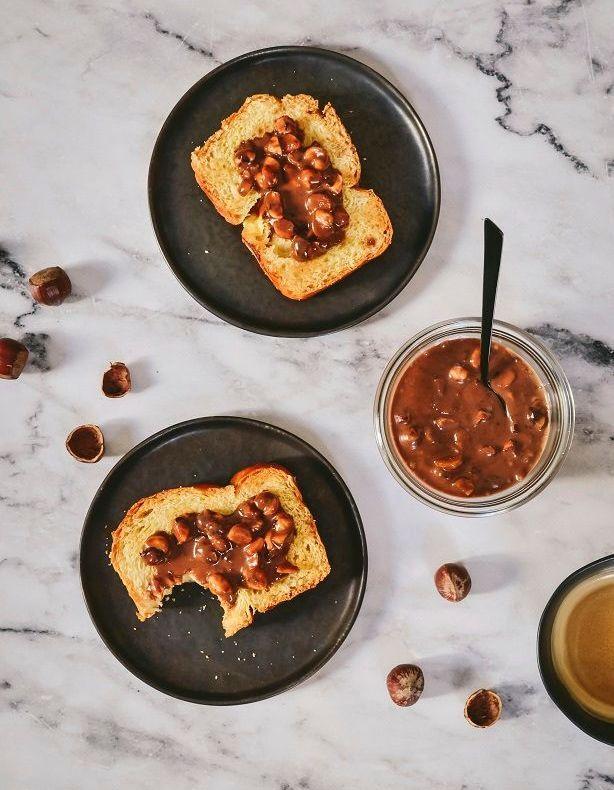 p te tartiner croquante chocolat au lait et noisettes pour 4 personnes recettes elle table. Black Bedroom Furniture Sets. Home Design Ideas