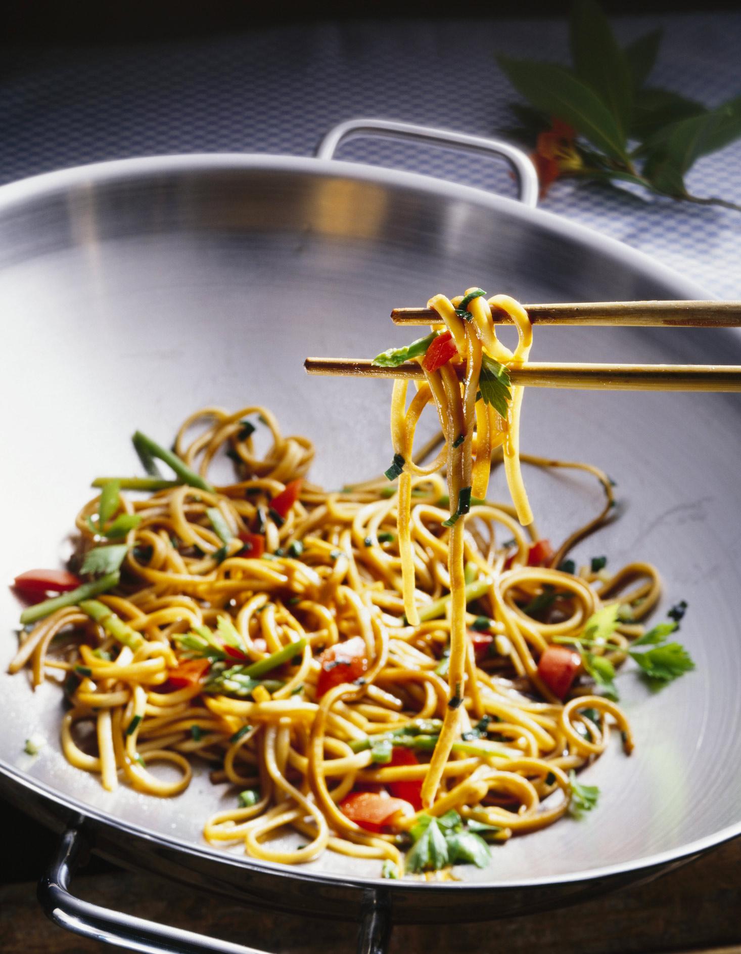 Po l de nouilles chinoise la sauce de soja pour 2 personnes recettes elle table - Cuisine chinoise recette ...