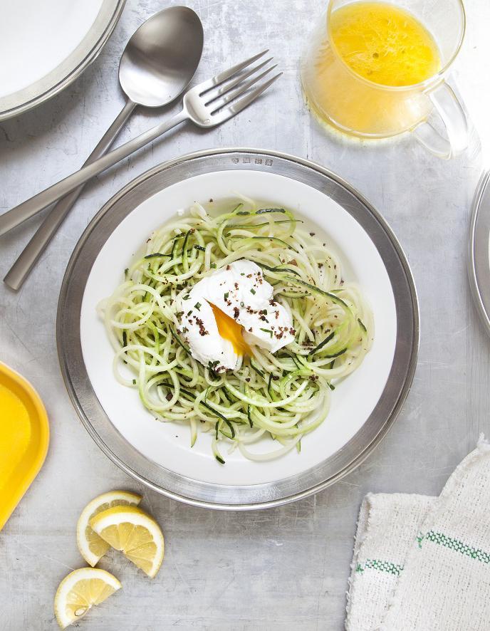 salade de courgettes oeufs poch s pour 4 personnes recettes elle table. Black Bedroom Furniture Sets. Home Design Ideas