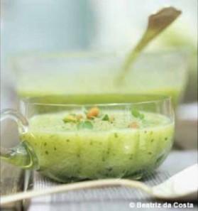 Soupe glacée de concombre aux pignons