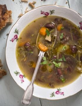 soupe paysanne aux haricots et jambon de bayonne pour 6 personnes recettes elle table elle. Black Bedroom Furniture Sets. Home Design Ideas