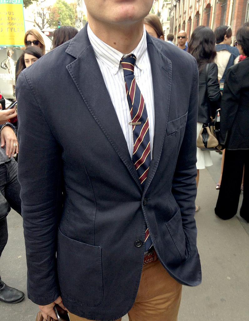 Avec l'épingle à cravate façon Mad Men, s'il vous plait