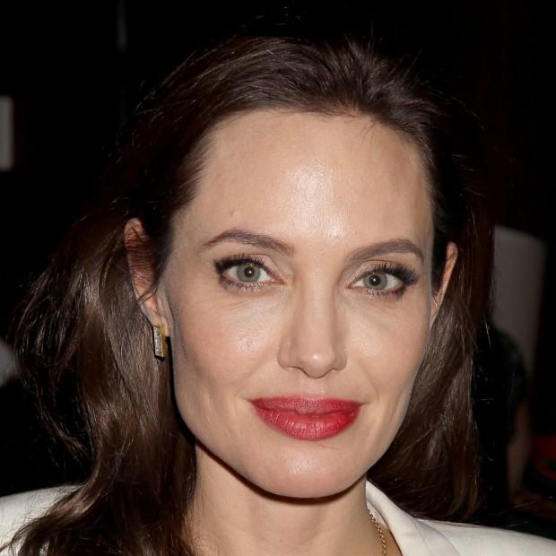 Angelina jolie insiste pour que chris martin lui compose une chanson elle - Site pour couper une musique ...