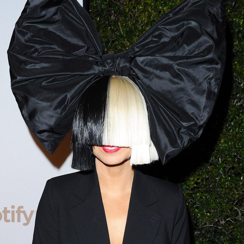 Sia s affiche nue sur internet mais pour une excellente raison elle - Site pour couper une musique ...
