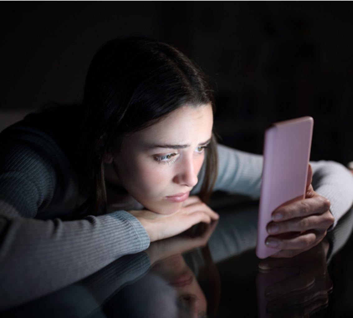 Réseaux sociaux : la rupture amoureuse impossible - Elle