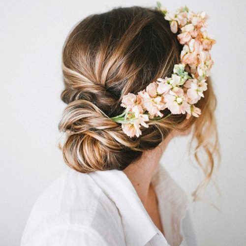 fleur cheveux  un mariage bohème chic avec des fleurs dans les cheveux ,  Elle