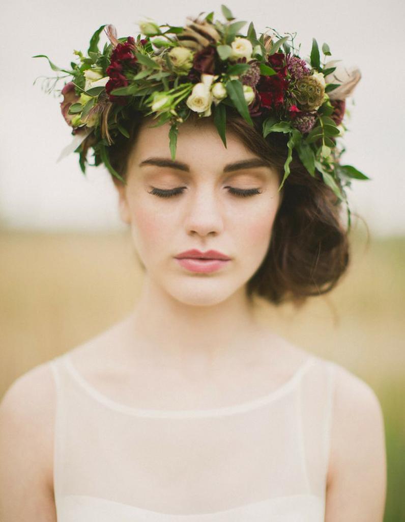 Des Fleurs Rouges Dans Les Cheveux Pour Un Mariage Des Fleurs Dans
