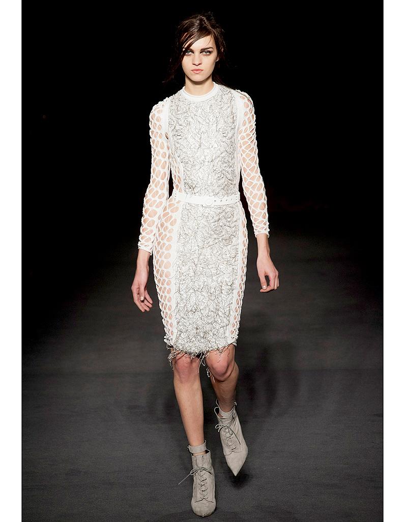 ce089f6231c L air punk chez Julien Macdonald - Robes de mariée   30 silhouettes de défilés  pour s inspirer - Elle