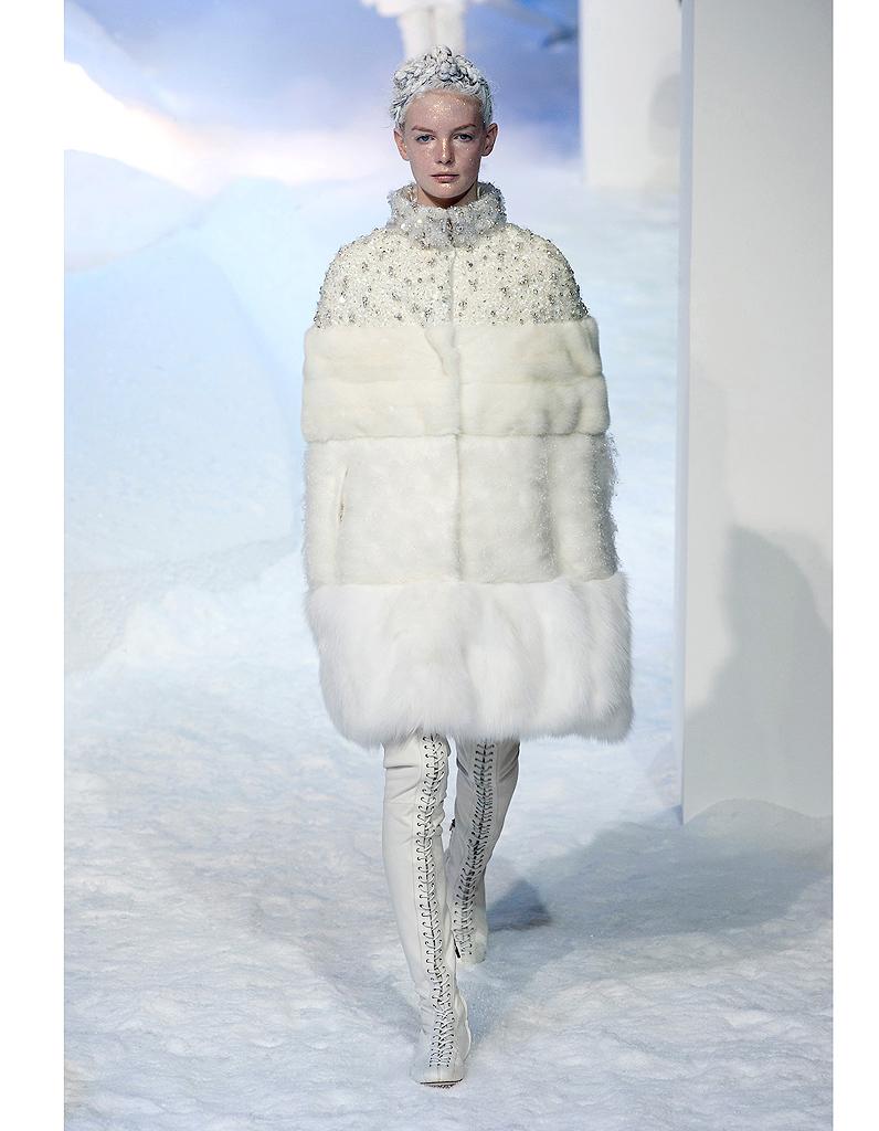 e702e21d3cb La reine des glaces de Moncler - Robes de mariée   30 silhouettes de défilés  pour s inspirer - Elle