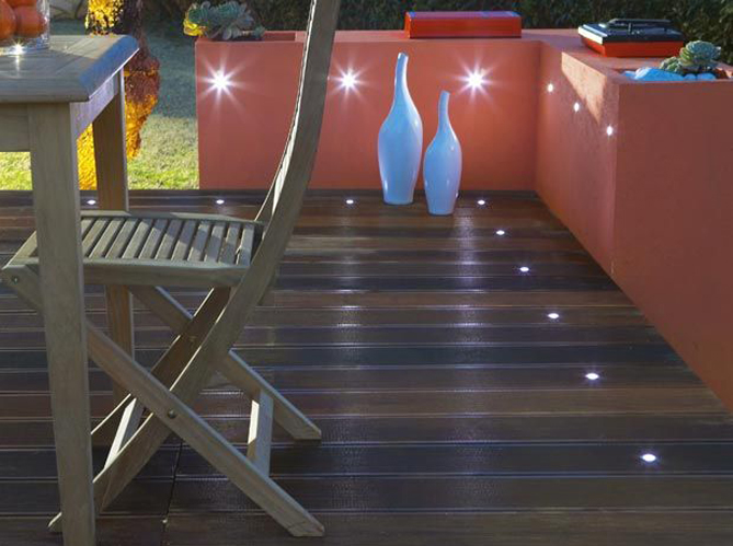 5 fa ons originales d 39 clairer sa terrasse elle d coration for Lumiere led terrasse