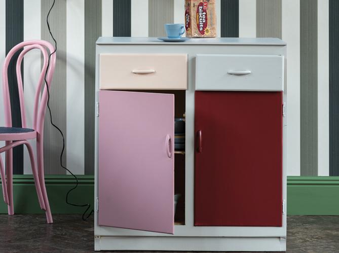 diy personnalisez votre vieux meuble de cuisine avec des couleurs tendance elle d coration. Black Bedroom Furniture Sets. Home Design Ideas