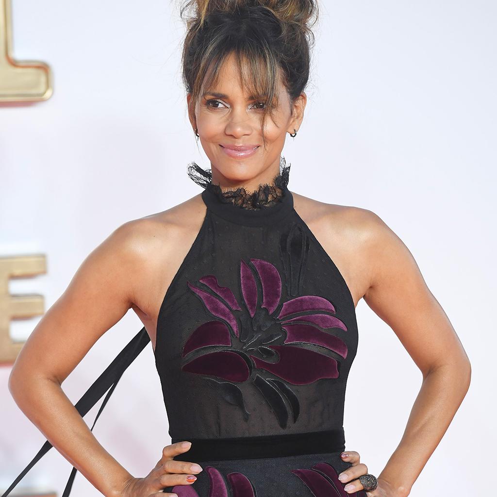 En Robe Transparente Halle Berry Devoile Son Fessier Elle
