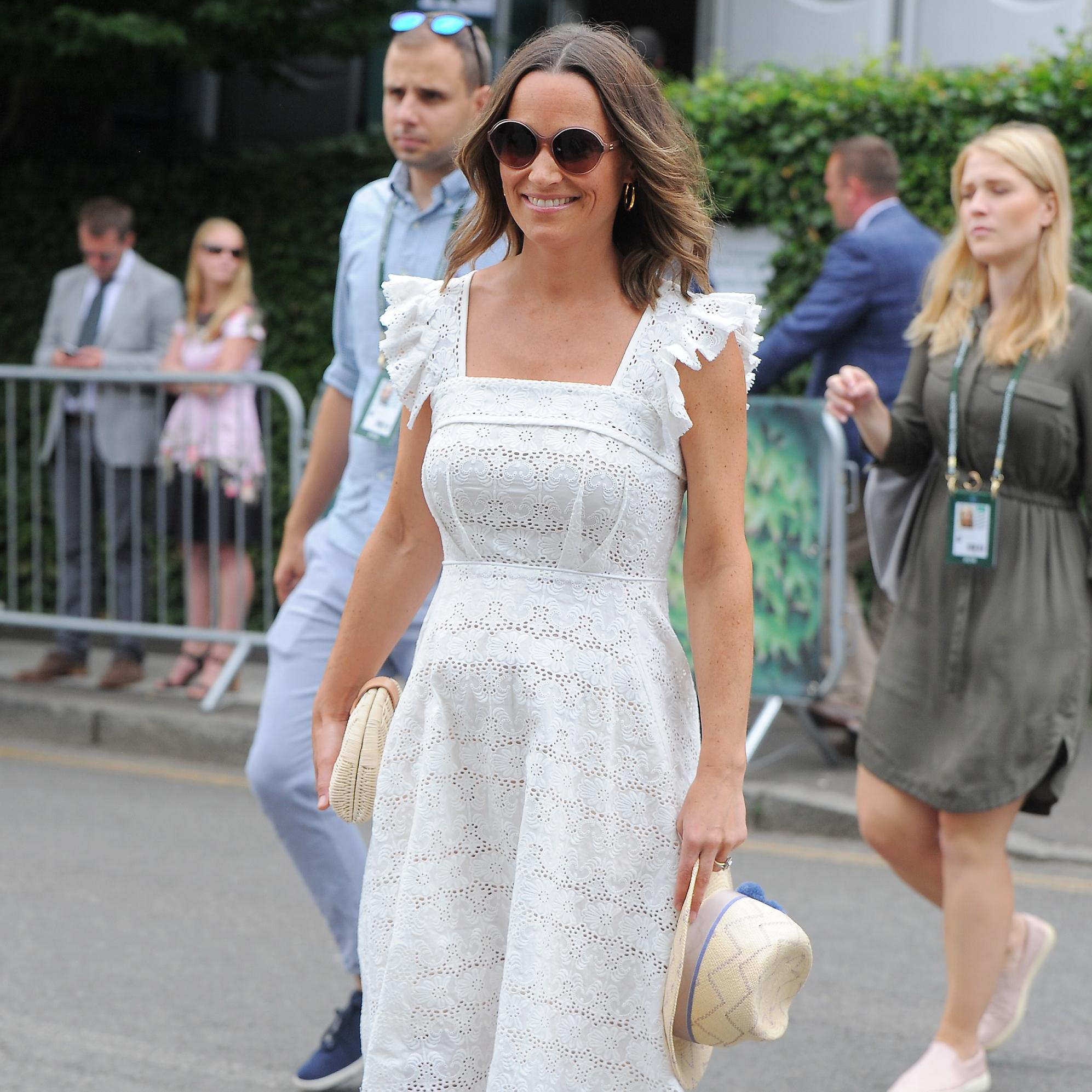 Pippa Middleton   rayonnante en robe blanche, son look fait le buzz - Elle 8f46d48e067