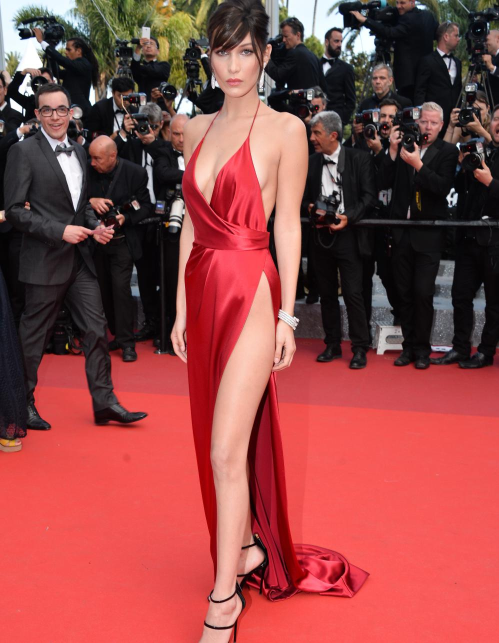 festival de cannes bella hadid revient sur sa robe rouge elle. Black Bedroom Furniture Sets. Home Design Ideas