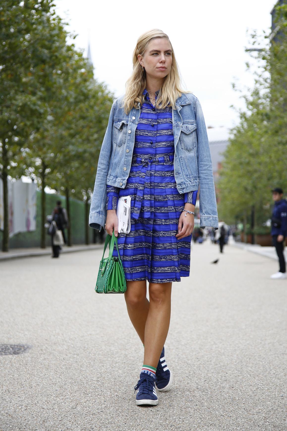 b275a2fbcab4 Lookée en baskets avec une robe imprimée - Street style   lookées en baskets  ! - Elle