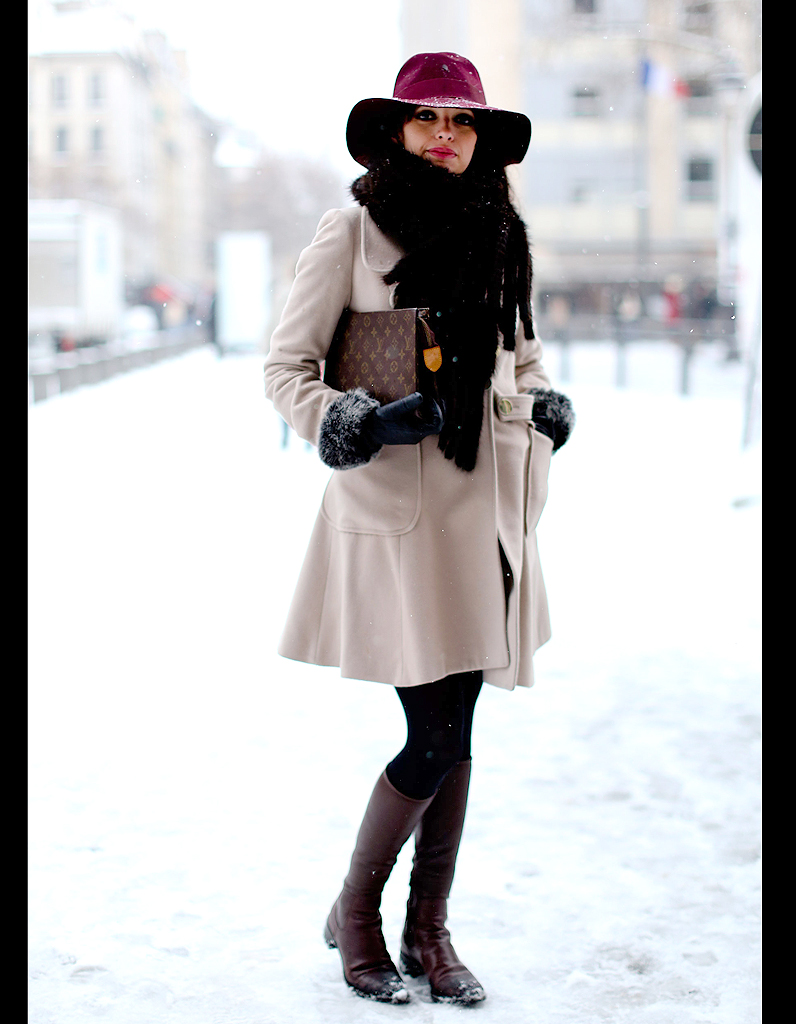 8e2949226a64c Street style : comment être chic sous la neige ? Chapeau rouge et ...
