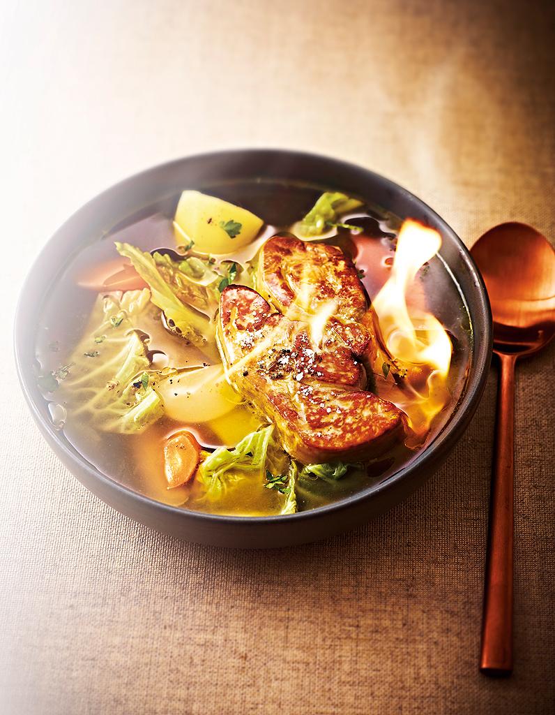 Bouillon de pot-au-feu, foie gras flambé pour 6 personnes - Recettes - Elle