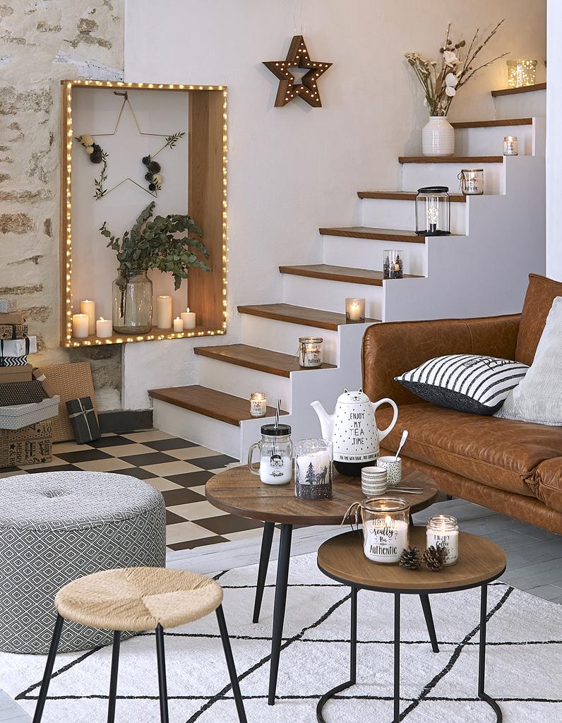 Escalier Dans La Maison noël : on décore la maison avec des bougies posées sur