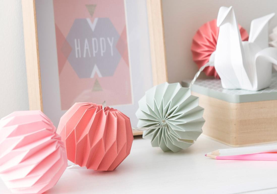Comment Faire Des Boules En Papier guirlande boule en papier plié - douce lumière sur la
