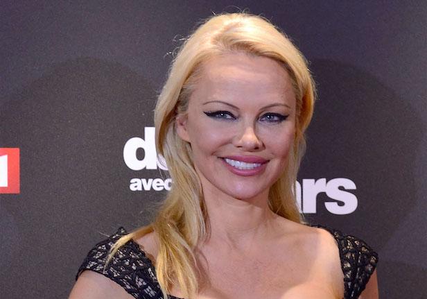 Accusée d'avoir épousé Jon Peters pour son argent, Pamela Anderson répond ! - Elle