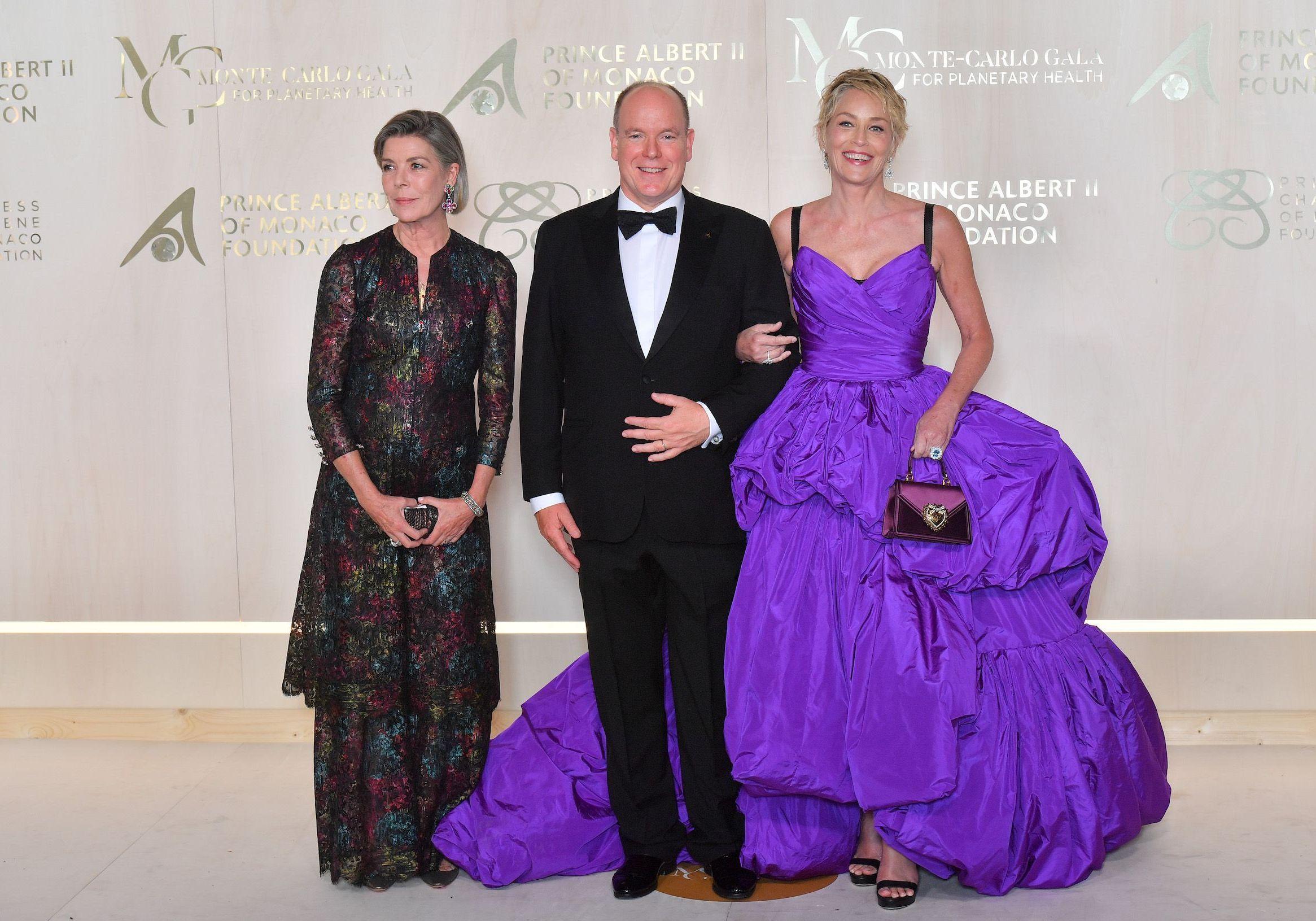 Albert de Monaco et la princesse Caroline récompensent Sharon Stone pour son engagement