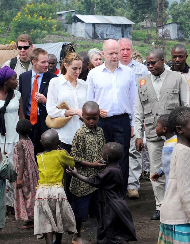 Angelina jolie en mission contre les viols en afrique elle for Angelina maison de l afrique