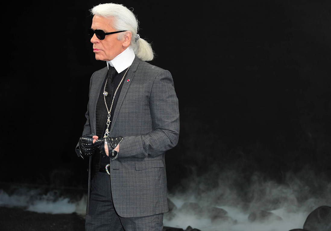 karl lagerfeld l hommage devant la boutique chanel. Black Bedroom Furniture Sets. Home Design Ideas