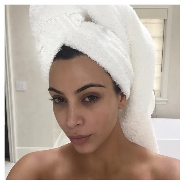 kim kardashian sa s ance photo en pyjama et sans maquillage elle. Black Bedroom Furniture Sets. Home Design Ideas
