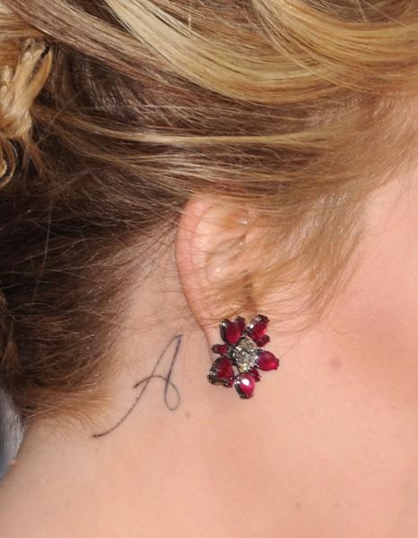 Le tattoo a le tatouage d oreille les stars l ont toutes adopt elle - Tatouage derriere oreille douleur ...