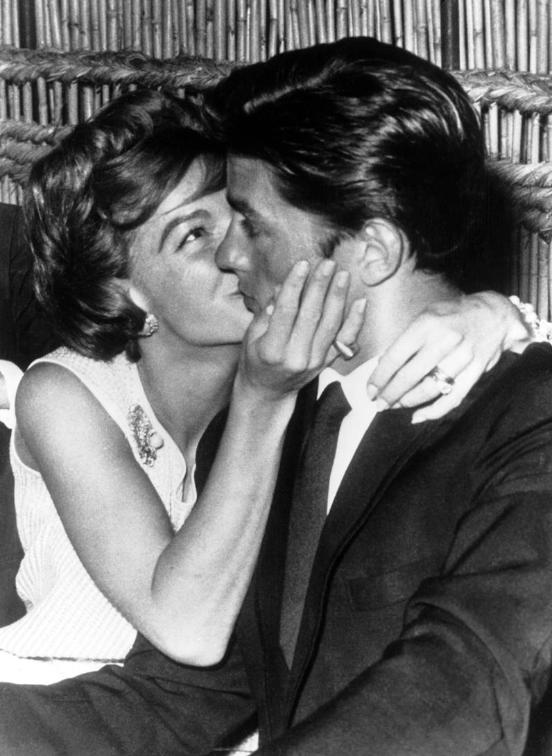 Port Charlotte Ford >> Romy Schneider et Alain Delon - Les plus beaux baisers des stars - Elle