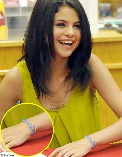 Selena Gomez Les Stars S Arrachent Les Bracelets Pour