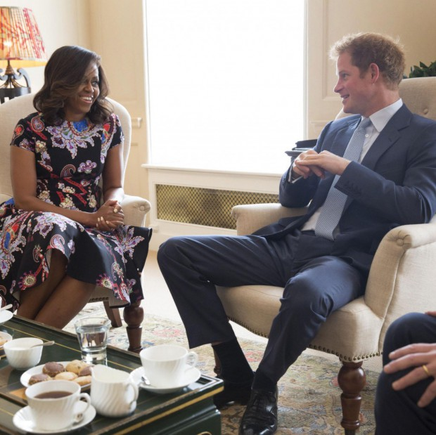 michelle obama et le prince harry r unis pour l 39 ducation des filles elle. Black Bedroom Furniture Sets. Home Design Ideas