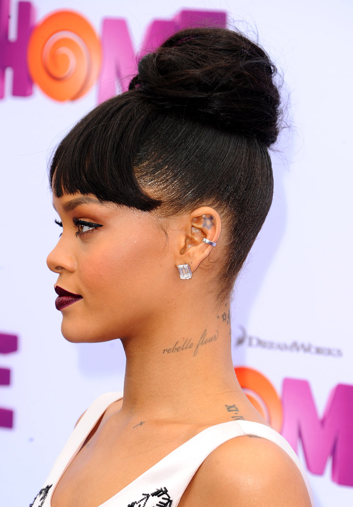 rebelle fleur sur le cou les 15 tatouages de rihanna. Black Bedroom Furniture Sets. Home Design Ideas