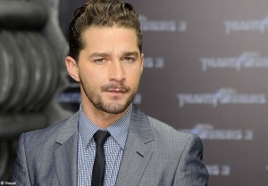 Video Shia LaBeouf se bat devant un bar a Vancouver