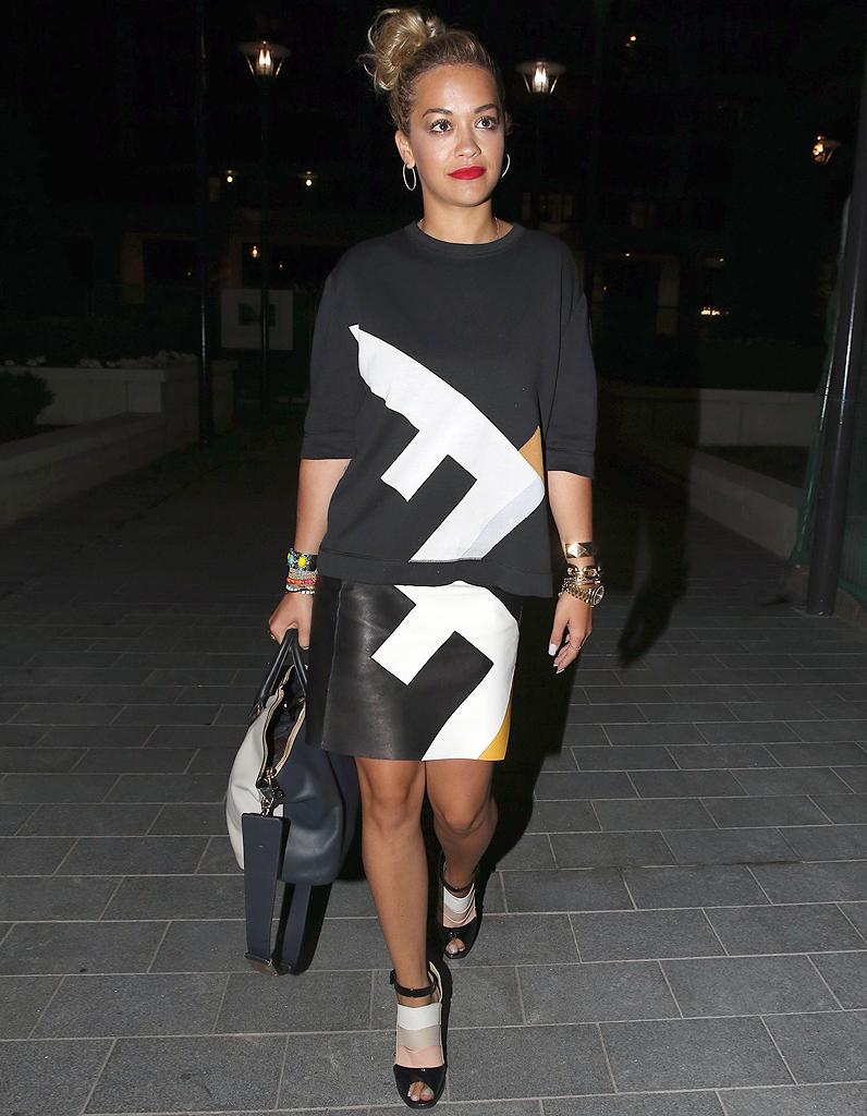 Le look du jour : Rita Ora et son allure graphique chic !