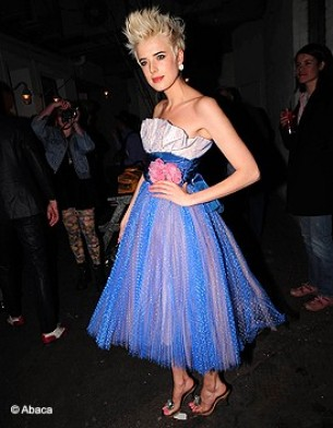 http://www.elle.fr/var/plain_site/storage/images/people/style/trajectoire-mode/agyness-deyn-l-enfant-terrible-de-la-mode/princesse-girly/8961083-2-fre-FR/princesse_girly_galerie_principal.jpg