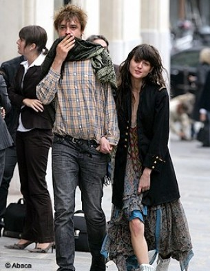 http://cdn-elle.ladmedia.fr/var/plain_site/storage/images/people/style/trajectoire-mode/i-love-rock-n-roll/irina-lazareanu-et-pete-doherty/9498803-1-fre-FR/irina_lazareanu_et_pete_doherty_galerie_principal.jpg