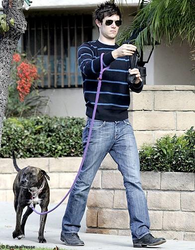 adam brody et penny lane jamais sans mon chien elle. Black Bedroom Furniture Sets. Home Design Ideas
